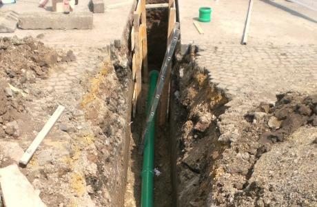 Erdaushub und Verlegung von Abwasserleitungsrohren
