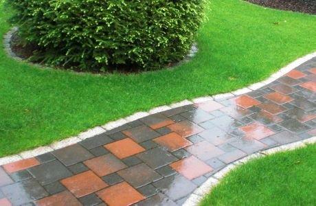 Fertig gestalteter Gehweg mit umlaufender Rasenkante und Rollrasen